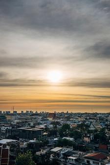 Stadsgezicht in zonsondergang en skyin bangkok thailand