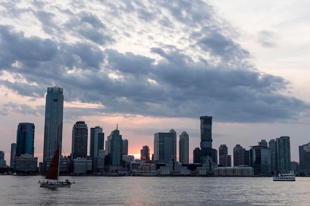 Stadsgezicht met grote gebouwen en water