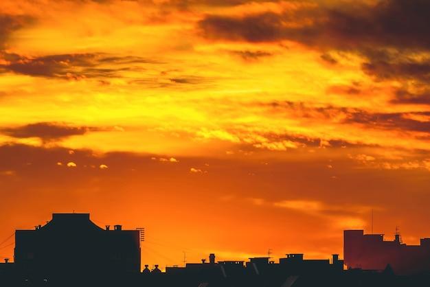 Stadsgezicht met levendige, vurige dageraad