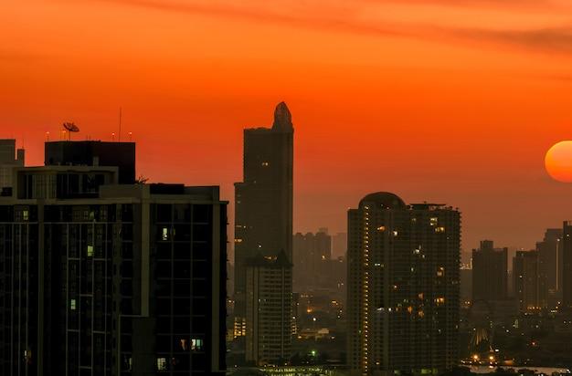 Stadsgezicht met mooie ochtend zonsopgang hemel. luchtvervuiling. smog en fijn stof. stadsgezicht met vervuilde lucht.