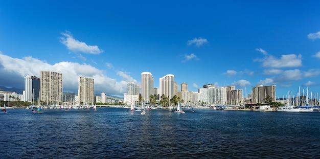 Stadsgezicht met zee honolulu hawaii