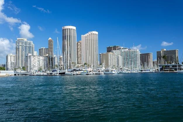 Stadsgezicht met zee, honolulu hawaii