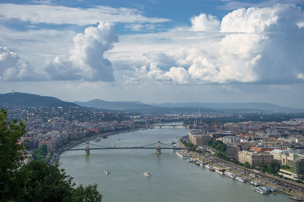 Stadsgezicht uitzicht op de donau met mooie hemel in boedapest.