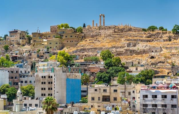 Stadsgezicht van amman met de citadel - jordanië