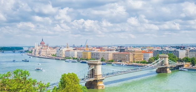 Stadsgezicht van boedapest met parlementsgebouw en kettingbrug, budapest, hongarije