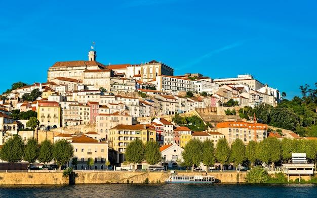 Stadsgezicht van coimbra boven de rivier de mondego in portugal