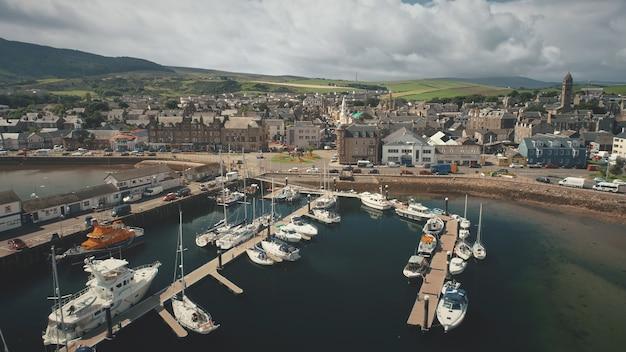 Stadsgezicht van de haven in de luchtfoto van de jachthaven in de binnenstad met moderne verkeersweg campbeltown