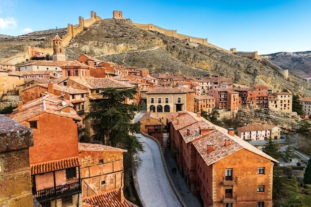 Stadsgezicht van de middeleeuwse stad albarracãn met zijn oude stenen huizen, kerken en sfeer van een oude stad tussen bergen. teruel, aragon, spanje. europa.