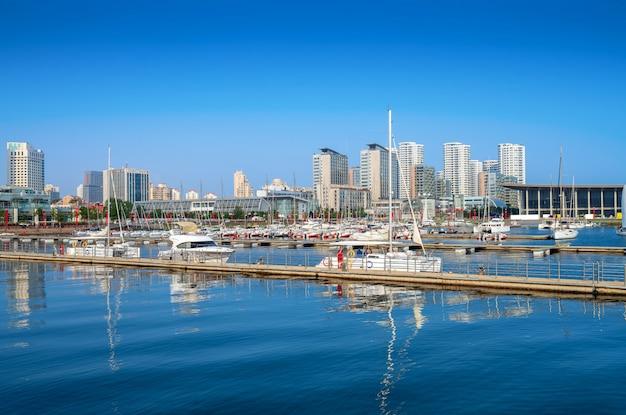 Stadsgezicht van de zee