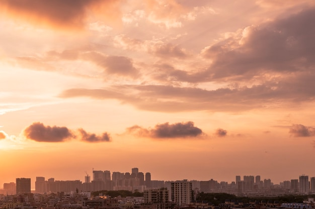 Stadsgezicht van een stad onder een bewolkte hemel tijdens de zonsondergang in de avond