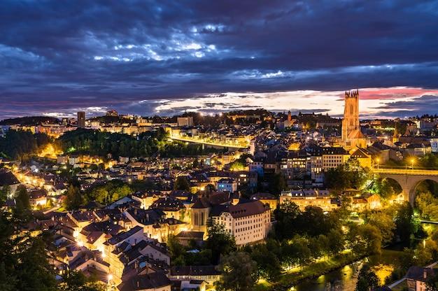 Stadsgezicht van fribourg in zwitserland bij zonsondergang