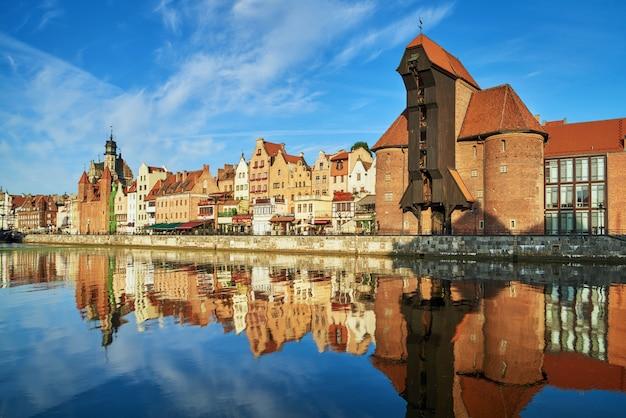 Stadsgezicht van gdansk met reflectie in kanaal