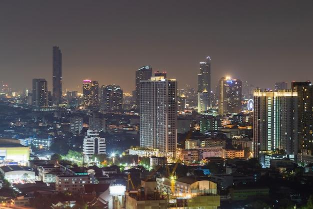Stadsgezicht van gebouw 's nachts.
