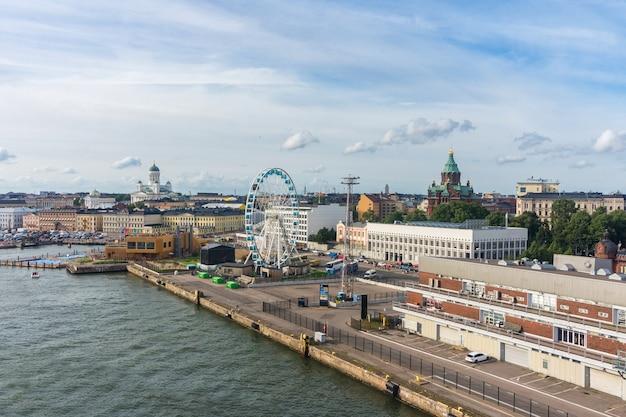 Stadsgezicht van helsinki. sky wheel, de kathedraal van helsinki en de orthodoxe kathedraal van uspenski