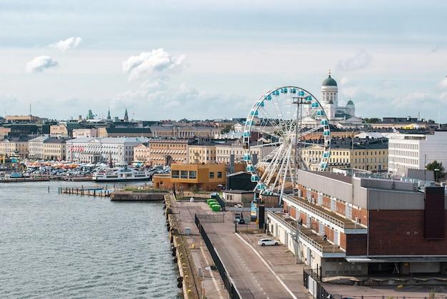 Stadsgezicht van helsinki. sky wheel en de kathedraal van helsinki