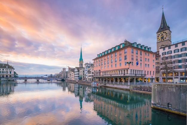 Stadsgezicht van het centrum van zürich in zwitserland tijdens dramatische zonsondergang.