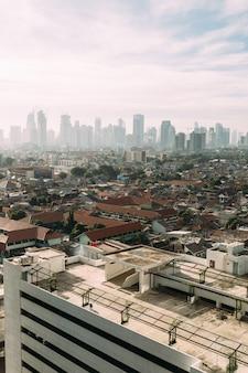 Stadsgezicht van jakarta met wolkenkrabbers met hoge opkomst
