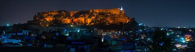 Stadsgezicht van jodhpur in de schemering.