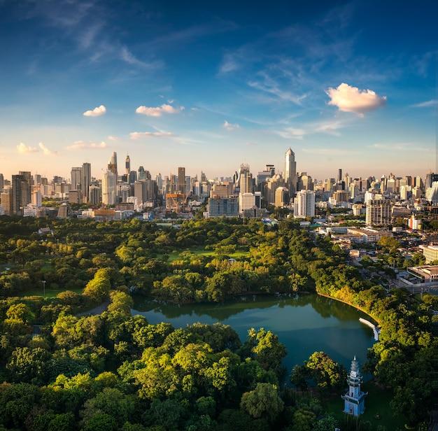 Stadsgezicht van lumpini park en bangkok stad