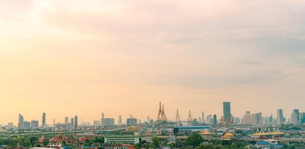 Stadsgezicht van modern gebouw in de wolkenkrabber van de hoofdstad die groene bomen bouwt in de stad