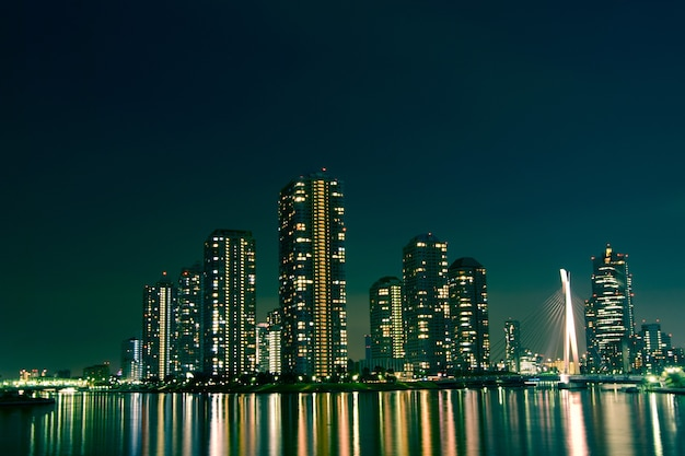 Stadsgezicht van nacht tokyo, moderne districtsgebouwen in de wijk tsukishima
