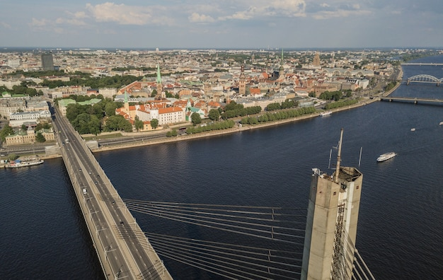 Stadsgezicht van riga en daugava rivier. luchtfoto