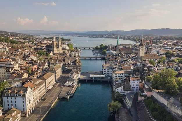 Stadsgezicht van zürich, de grootste stad van zwitserland. luchtfoto