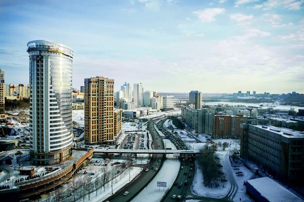 Stadsgezichten en wegen van novosibirsk, bovenaanzicht in de winter