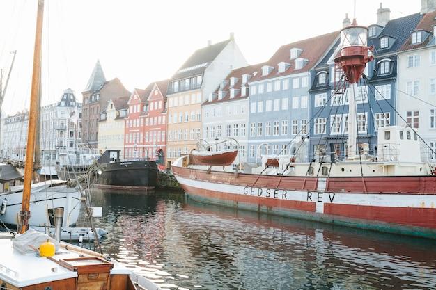 Stadskanaal met afgemeerde schepen