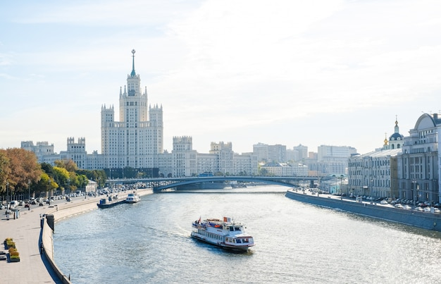 Stadslandschap, mening van de rivier van moskou met plezierboten, de wolkenkrabber van stalin