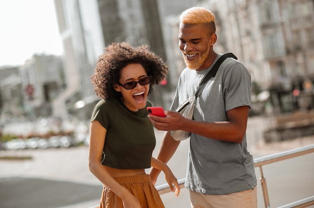 Stadsleven. een jonge man en een vrouw op straat genieten van de dag