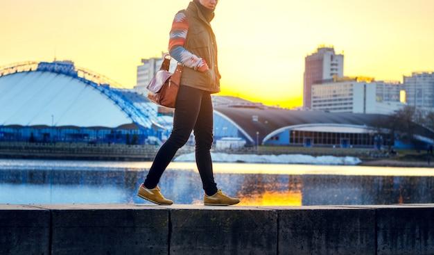 Stadsleven in zonsondergangtijd