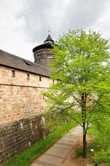 Stadsmuren van neurenberg en park in gedraineerd vestingwerkkanaal, duitsland