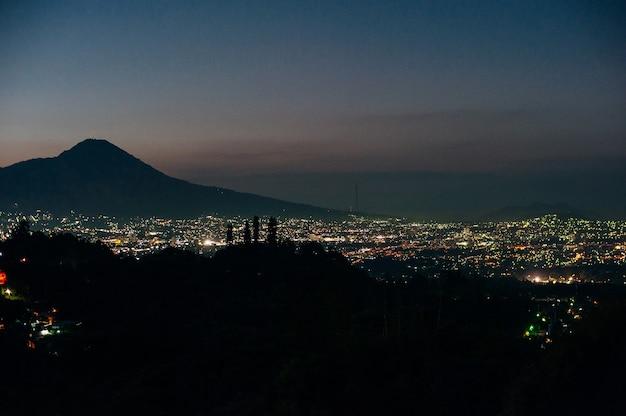 Stadsnacht vanaf het uitzichtpunt bovenop de berg