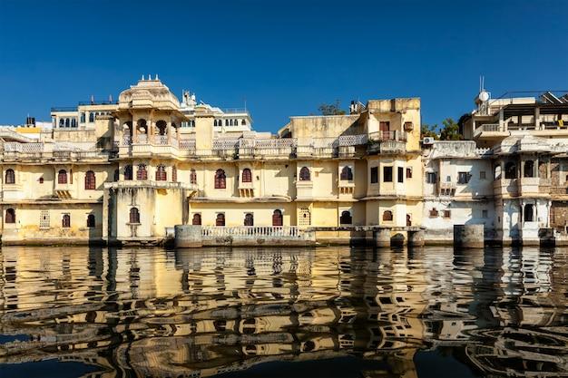 Stadspaleis op lake pichola, udaipur, rajasthan, india