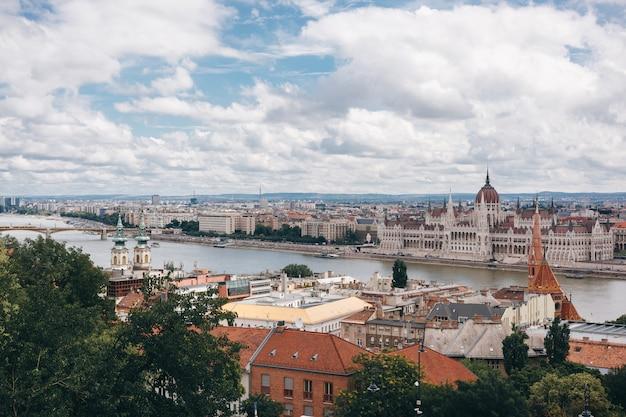 Stadspanorama met het hongaarse parlement, de rivier van donau. budapest, hongarije