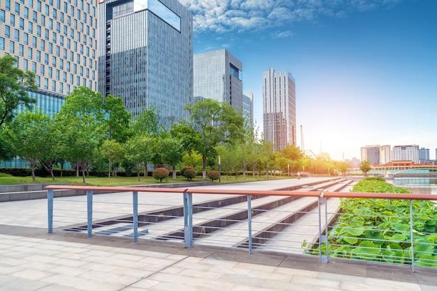 Stadsplein en moderne wolkenkrabbers, ninbo, china.