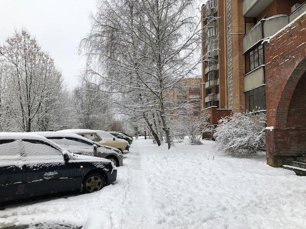 Stadsstraat na sneeuwval. stedelijk winterlandschap met voetganger bedekt met sneeuw