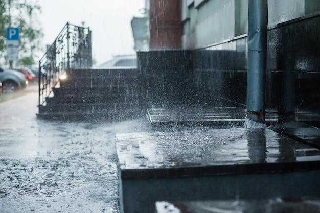 Stadsstraat overspoeld met regen