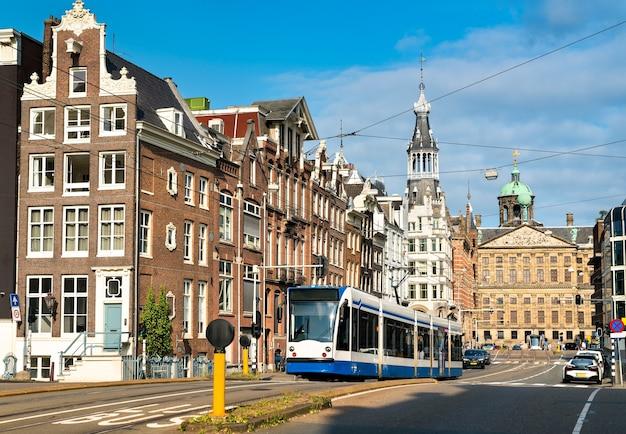 Stadstram op een straat van amsterdam