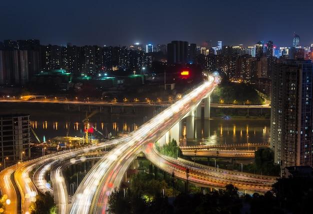 Stadsuitwisseling overbruggen 's nachts met paars licht show in chong qing