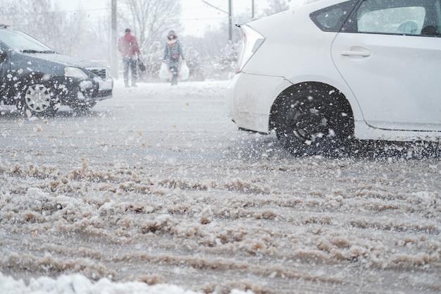 Stadsverkeer in sneeuwstorm, motieonduidelijk beeld.