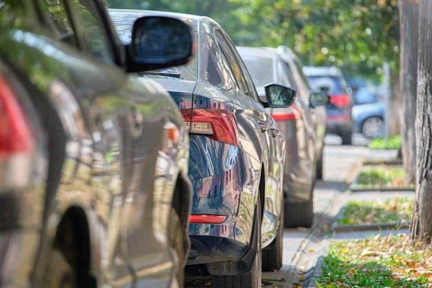 Stadsverkeer met auto's geparkeerd in de rij aan straatkant.