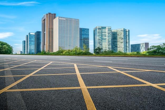 Stadsweg door moderne gebouwen in china