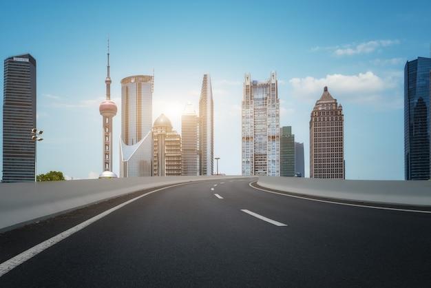 Stadsweg en modern gebouw achtergrond