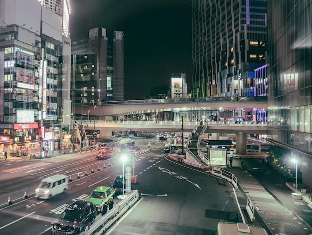 Stadsweg met auto's en lichten
