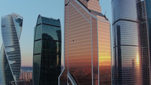 Stadszakencentrum met moderne kantoorwolkenkrabbers vanuit de lucht