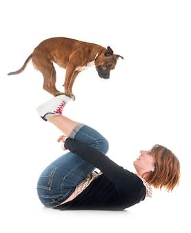 Staffordshire bull terrier en vrouw