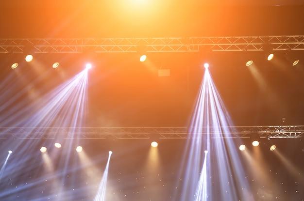 Stage spotlight met laserstralen. concert verlichting achtergrond