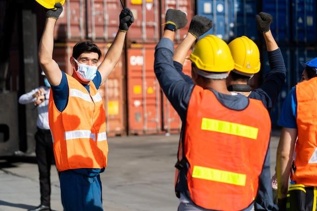 Staking van arbeiders in containerwerf.